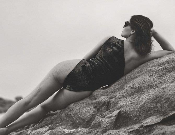 Летиция Каста чёрно-белое фотов купальнике