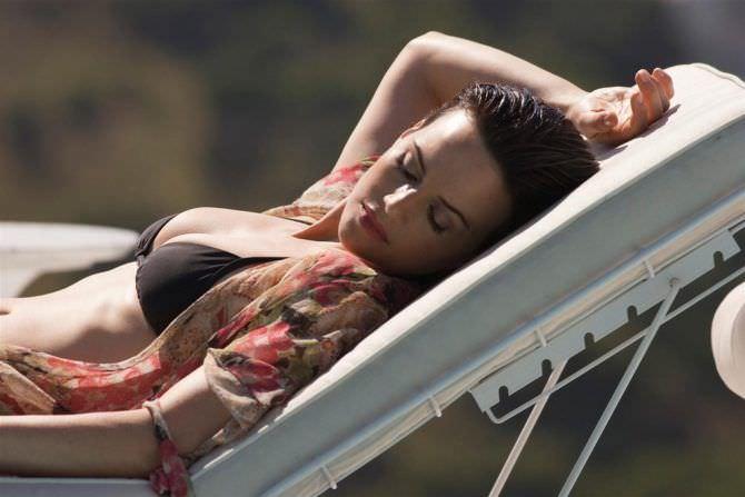 Карла Гуджино фотография в куплаьнике на лежаке