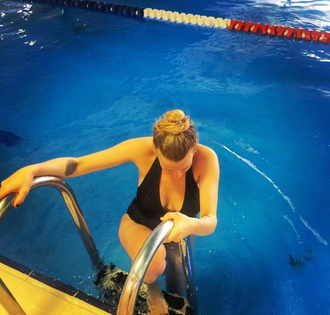 Александра Ребенок фотография в купальнике в бассейне