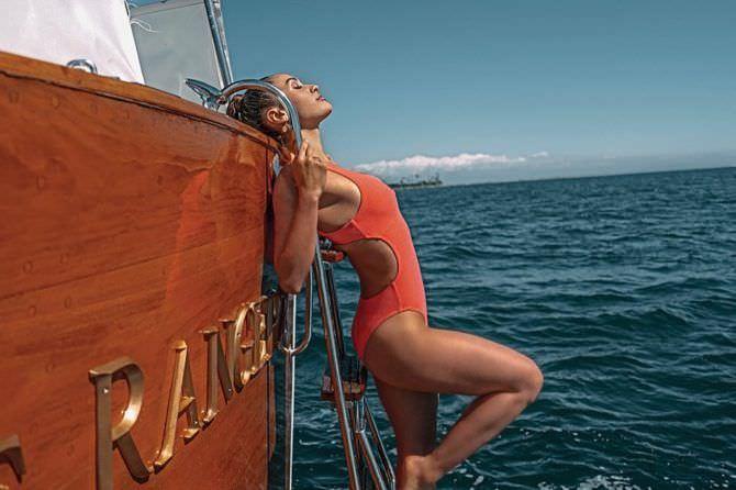 Линдси Морган фото в оранжевом купальнике