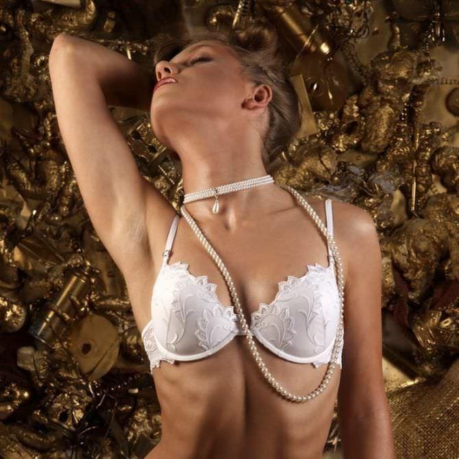 Кристина Асмус фото в нижнем белье и бусах