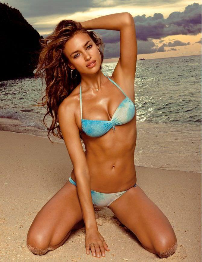 Ирина Шейк фото в голубом купальнике