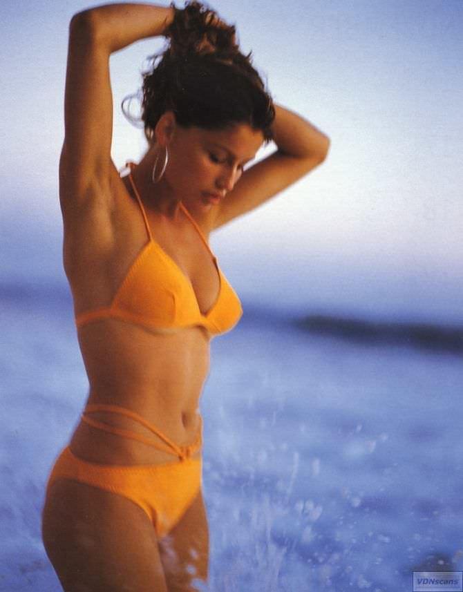Летиция Каста фото в оранжевом бикини