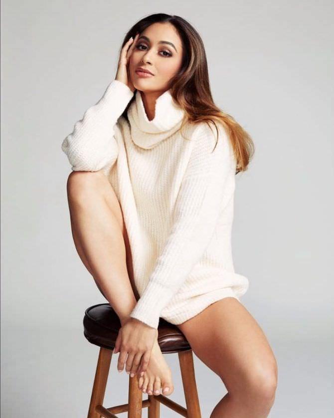 Линдси Морган фотография в белом свитере