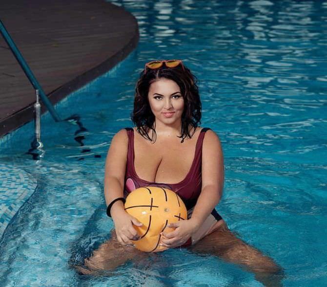 Рима Пенджиева фотография с мячиком