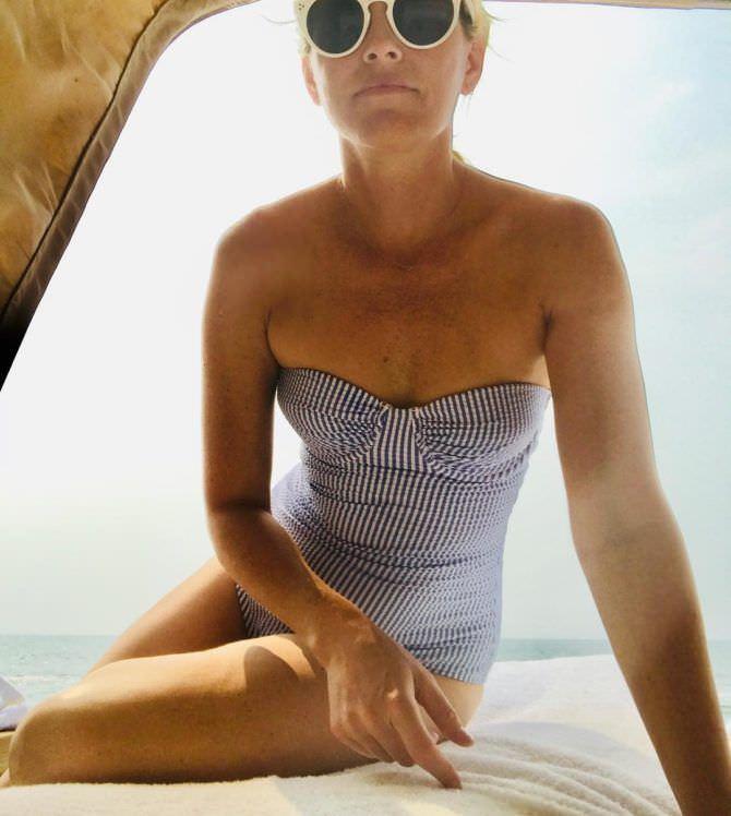 Элизабет Бэнкс фото в полосатом купальнике