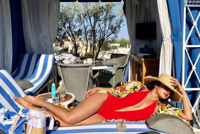 Приянка Чопра фото в красном купальнике