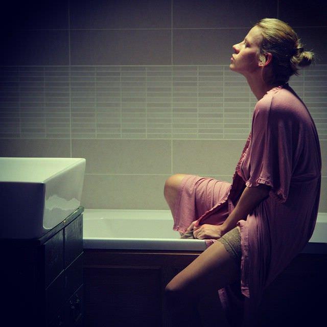 Александра Ребенок фотография в халатике в ванной