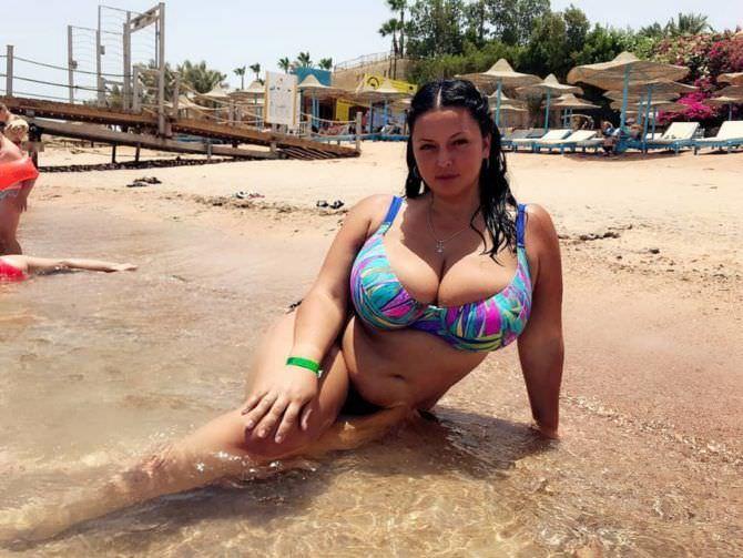 Рима Пенджиева фото на пляже в инстаграм