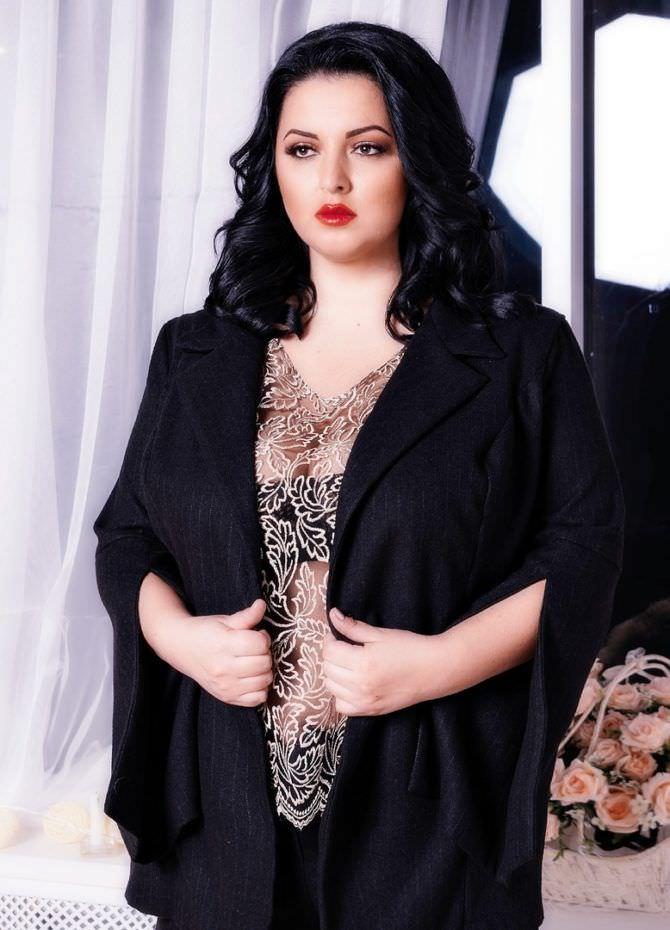 Рима Пенджиева фото в чёрном халате