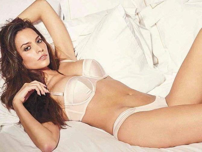 Дженезис Родригез фото в белье на постели