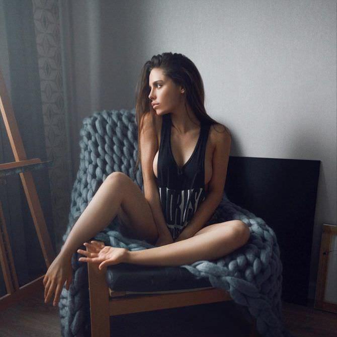 Моша Макеева фото в майке в кресле