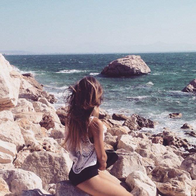 Моша Макеева фотография на пляже на камнях