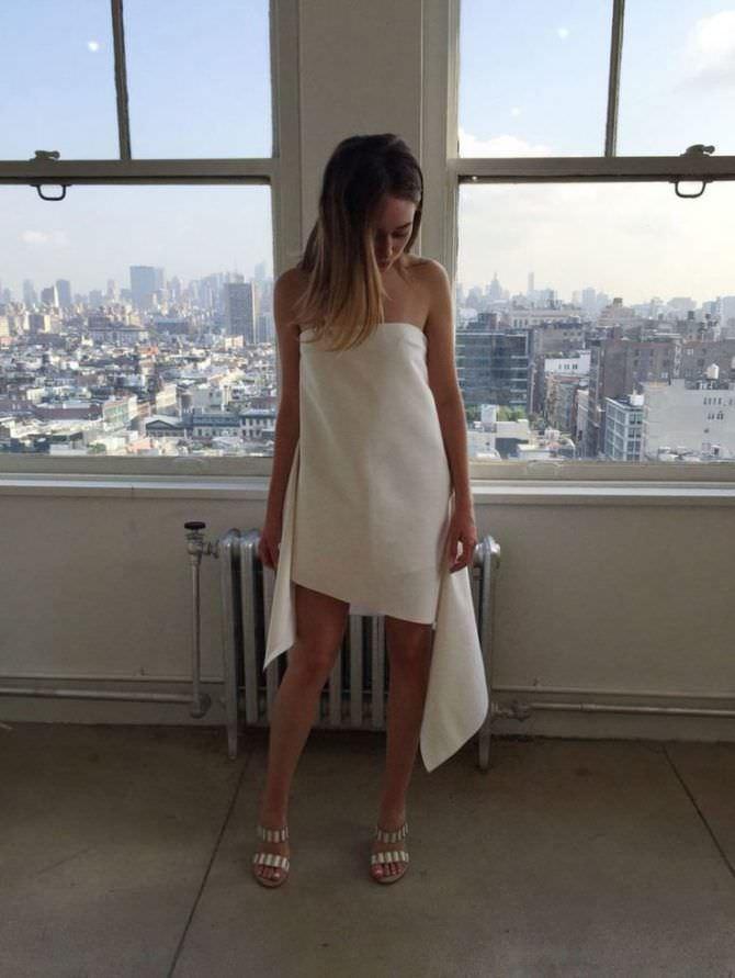 Алисия Дебнем-Кери фото вбелом платье