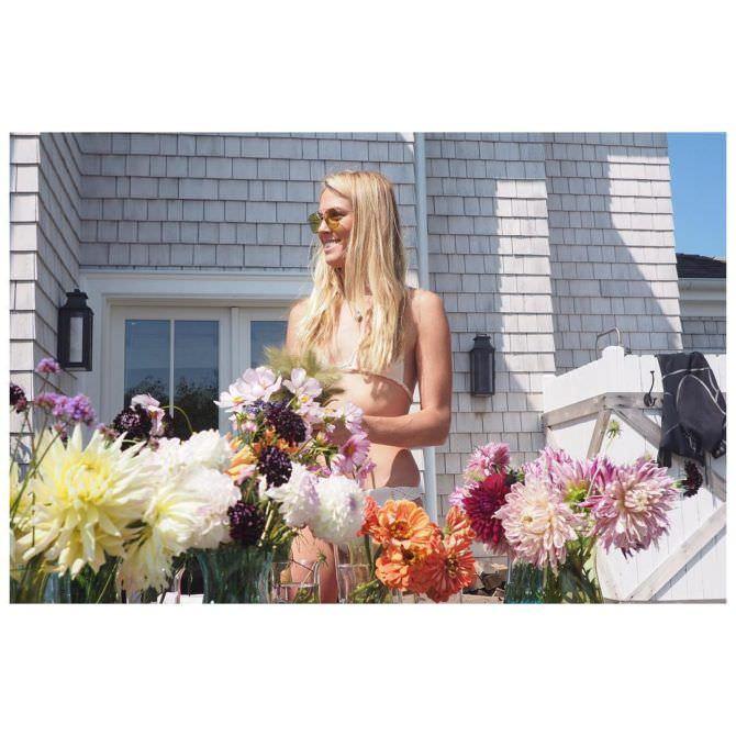 Дианна Агрон фото в бикини с цветами