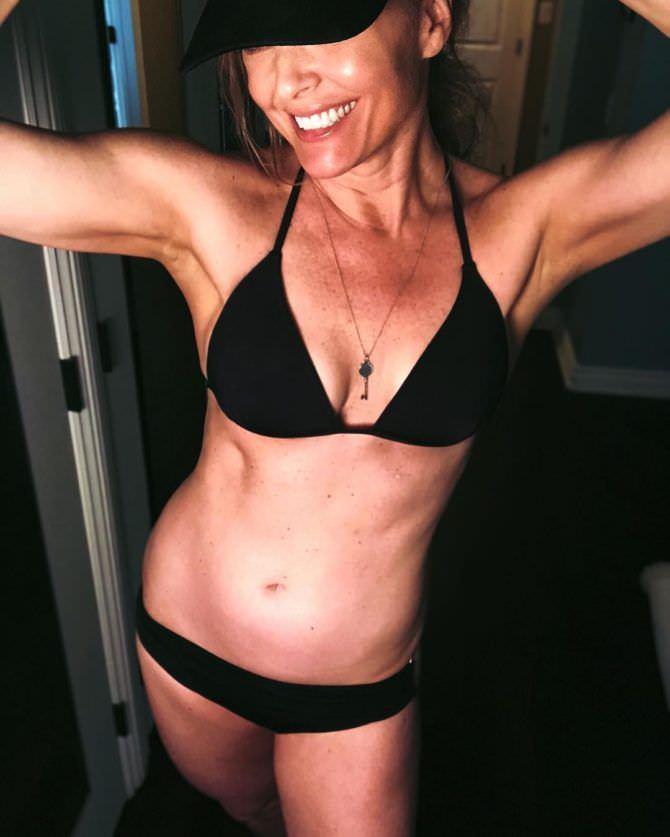 Дина Мейер фотография в инстаграм в купальнике