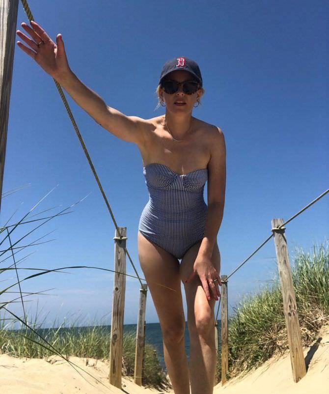 Элизабет Бэнкс фотография в купальнике в инстаграм