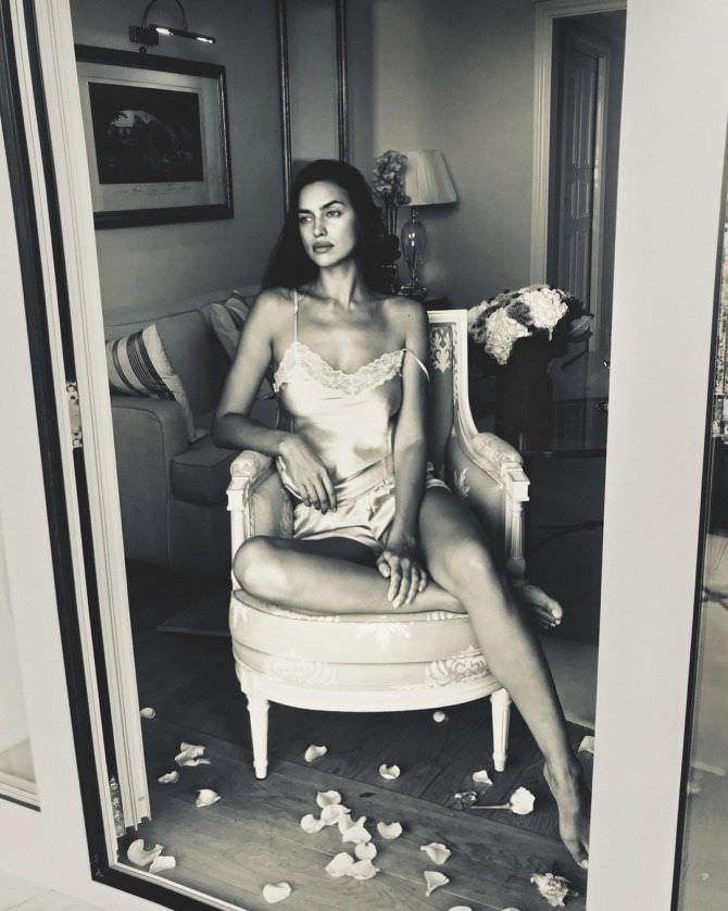 Ирина Шейк фото в пижаме на кресле