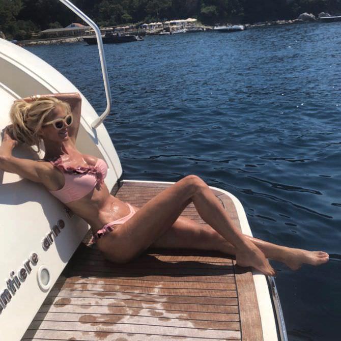Виктория Сильвстедт фото в красивом купальнике