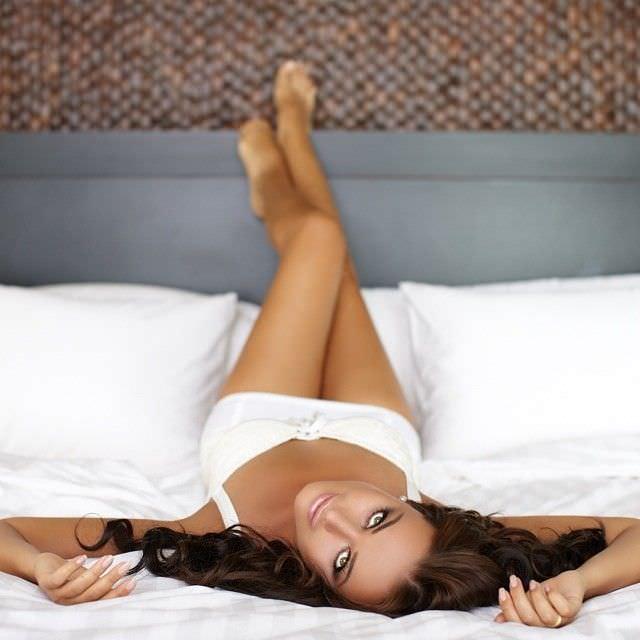 Оксана Фёдорова фотосессия на кровати