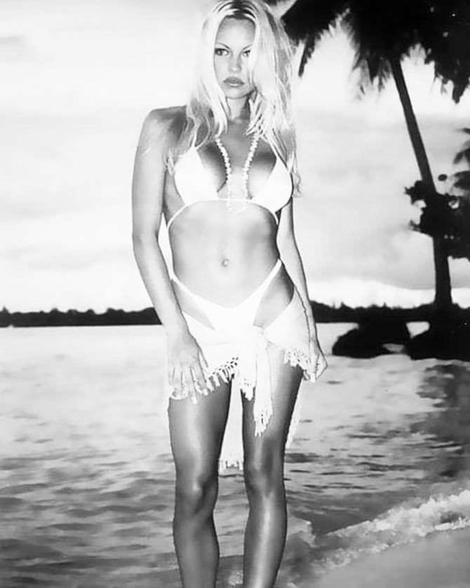 Памела Андерсон фото в бикини в инстаграм
