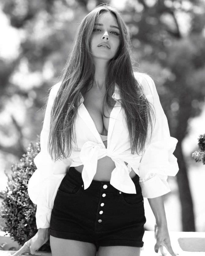 Каролина Севастьянова фото в шортах
