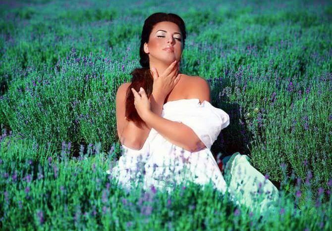Рима Пенджиева фото в поле на траве