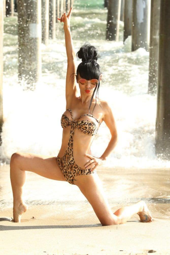 Бай Лин фотов леопардовом купальнике