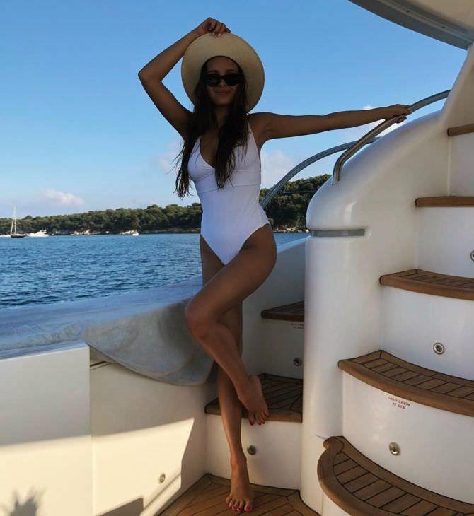 Каролина Севастьянова фото в шляпе на яхте