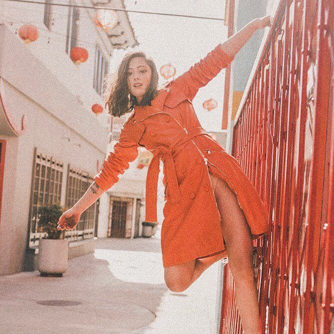 Роза Салазар фотография в оранжевом платье