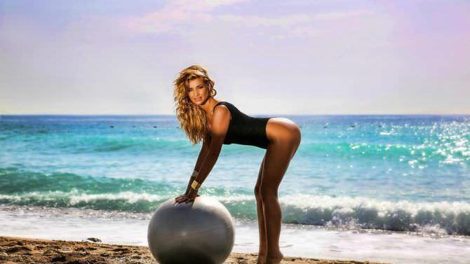 Татьяна Котова фото на пляже с мячом