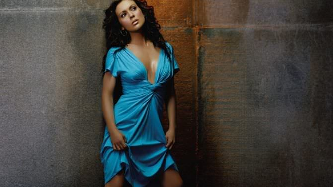 Алисса Милано фото в голубом платье