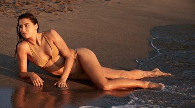 Алекс Морган фотография в бикини на песке