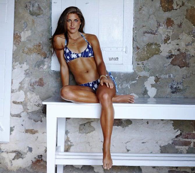 Алекс Морган фото в красивом купальнике