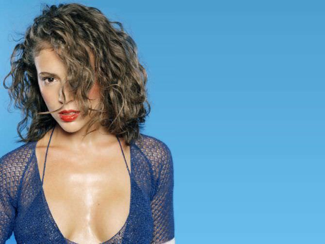 Алисса Милано фото в синем бикини