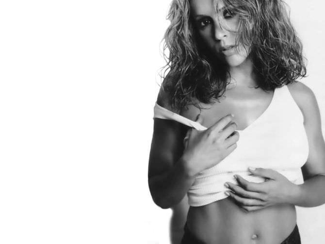 Алисса Милано фотография в белой майке