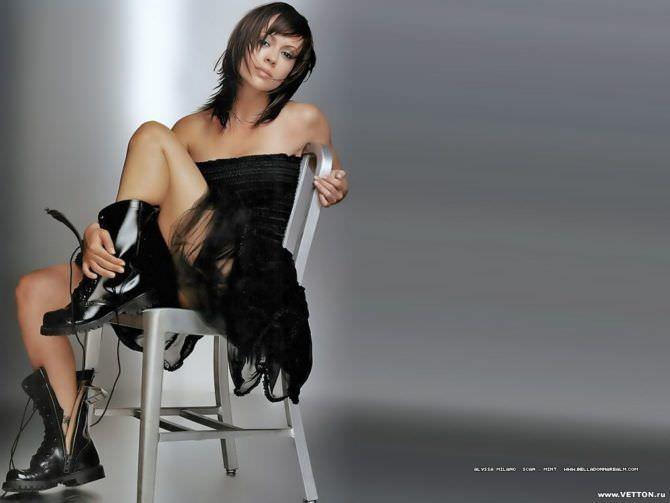 Алисса Милано фото в чёрном платье на стуле