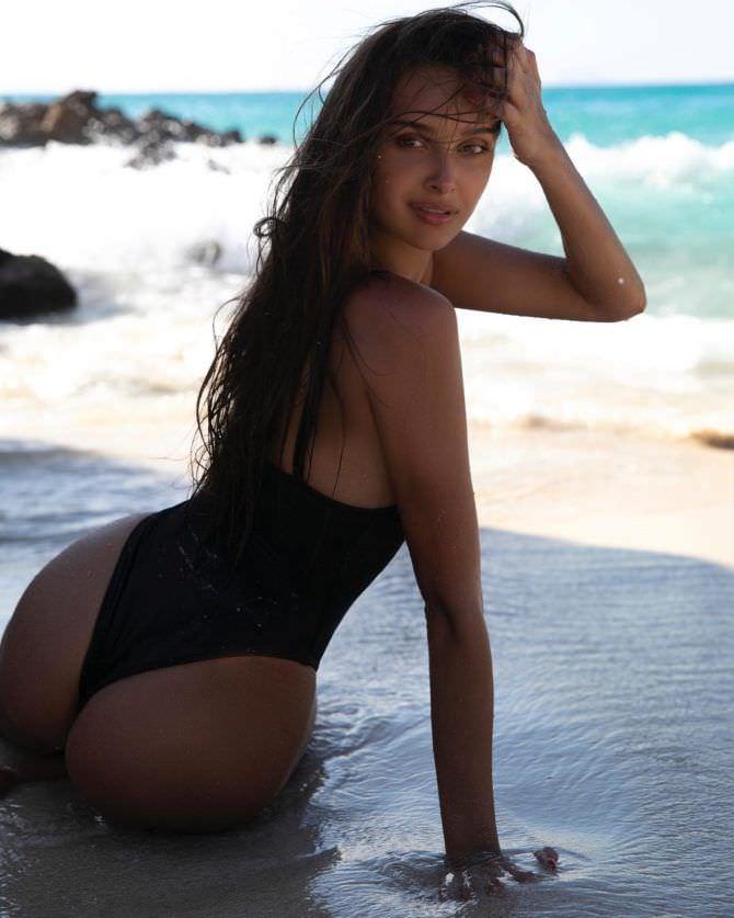 Каролина Севастьянова фото в купальнике со спины