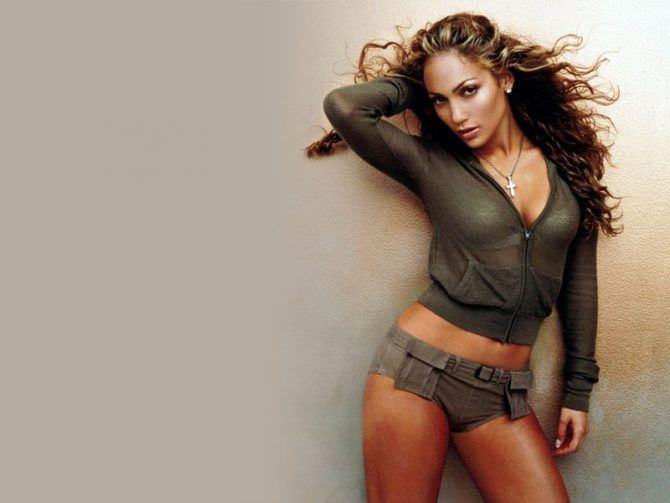 Дженнифер Лопес фотография в коротких шортах