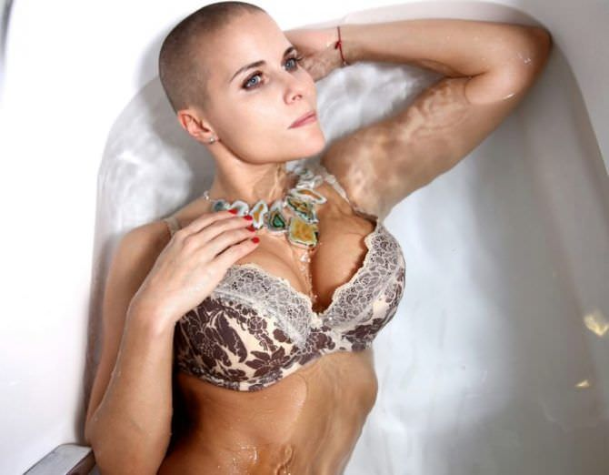 Марина Вовченко фотография в ванне в белье