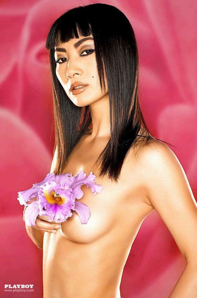 Бай Лин фотография с цветком без одежды