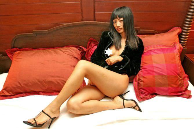 Бай Лин фотография на красных подушках