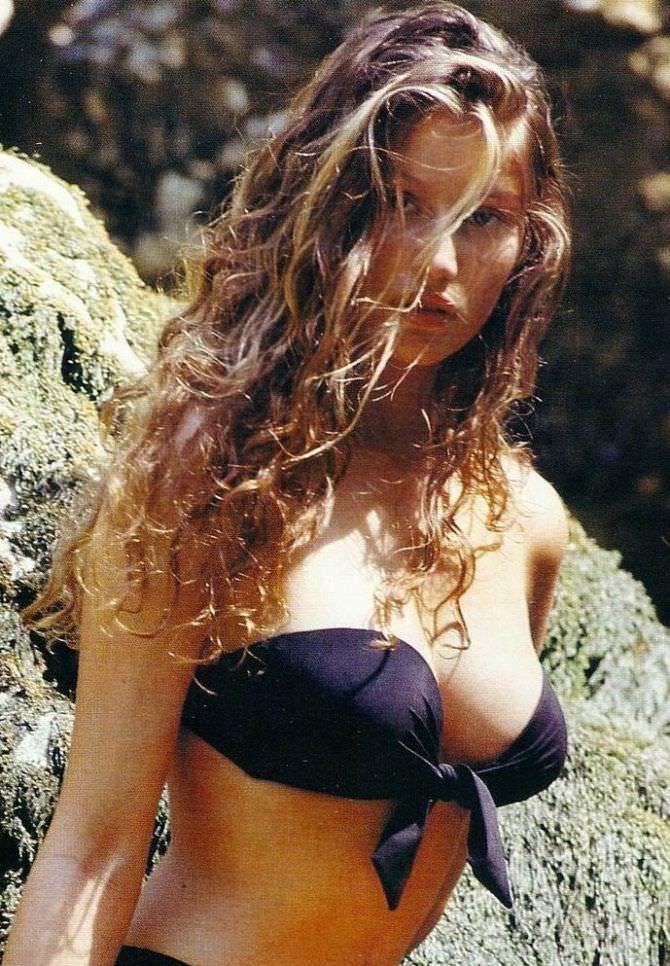 Летиция Каста фото в чёрном бикини в молодости