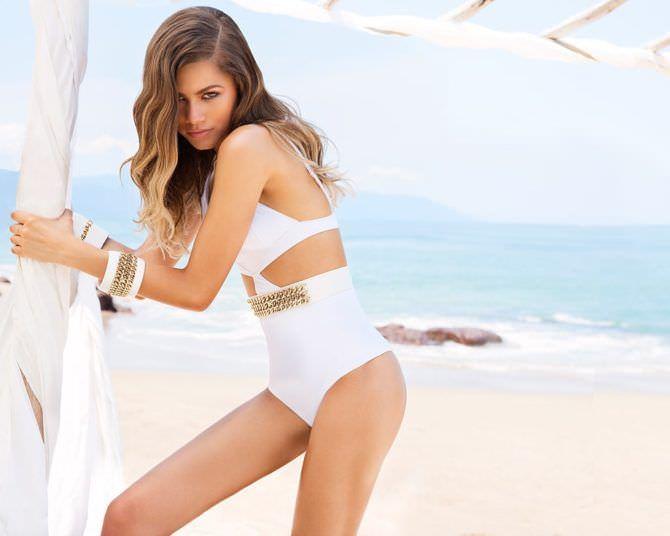 Зендая Коулман фото на пляже в купальнике