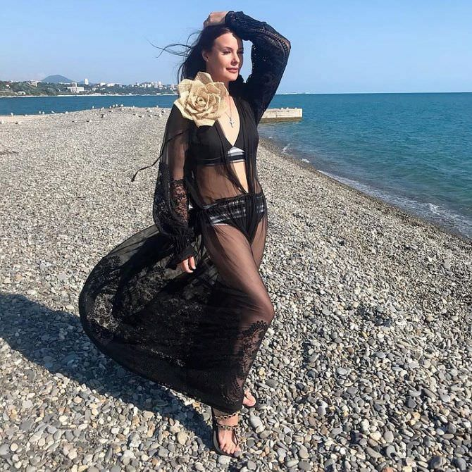 Оксана Фёдорова фото на пляже в платье