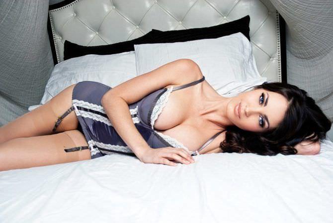 Танит Феникс фотография в корсете на кровати