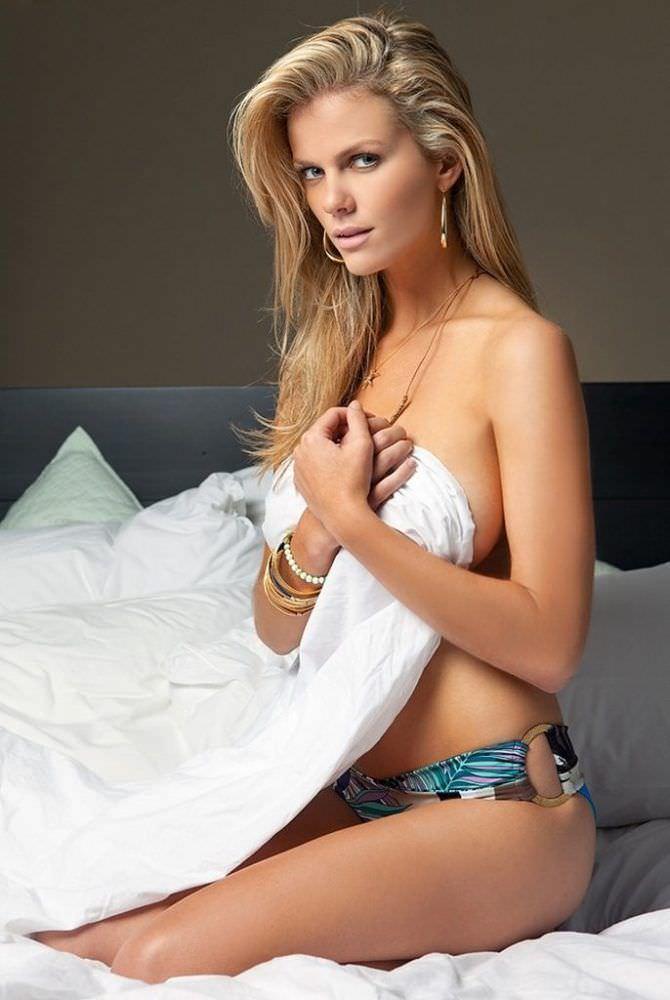 Бруклин Деккер фотография на постели