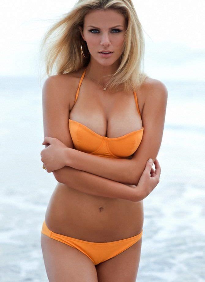 Бруклин Деккер фото в оранжевом бикини