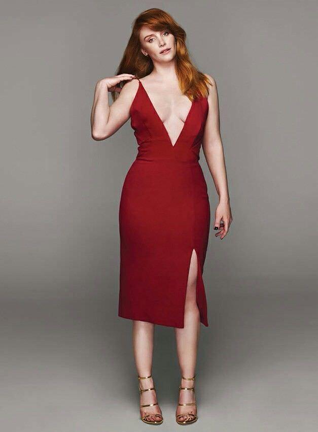 Брайс Даллас Ховард фотография в красном платье