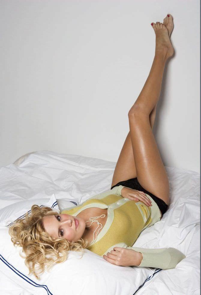 Мэгги Грейс фото на кровати